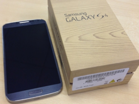 Eladó egy Samsung Galaxy S4 készülék minden gyári tartozékával fotó