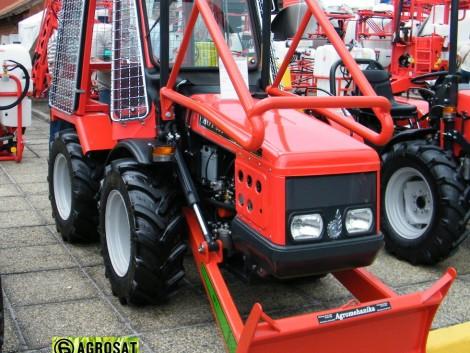 AGT 835 Erdészeti traktor . Agromehanika traktor . Agrosat fotó