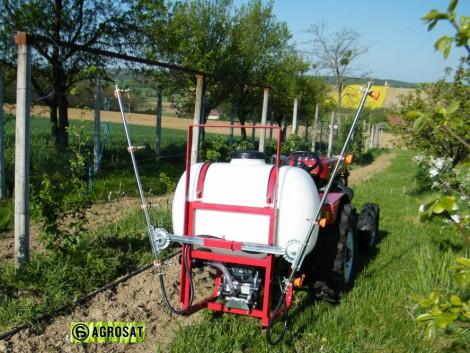 Permetező gép 200 literes turbós szórófejjel . Szőlő gyümölcsre fotó