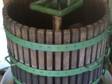 Borászati eszközök sürgősen eladók! Szőlőprés. Alumínium kád. Műanyag tartályok. fotó