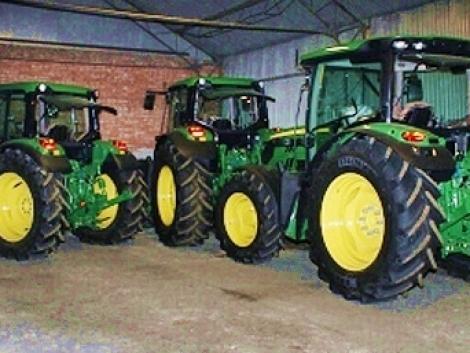 Bócsán az út mellől árulták a lopott traktorokat