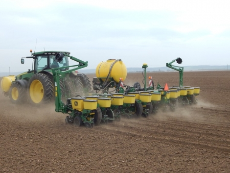 Kukorica-vetőgépek gyakorlati bevetésen Dalmandon