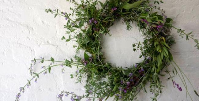 Koszorú mezei virágokból, gyógynövényekből