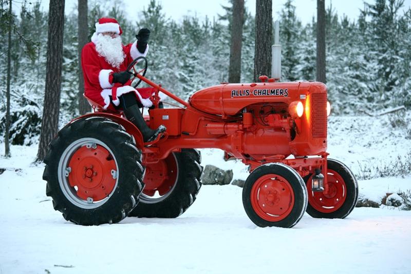 Mikulás traktoron
