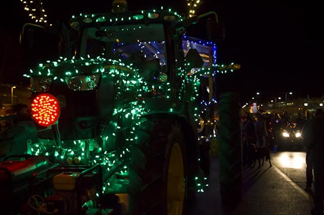 John Deere traktor karácsonyi fényben