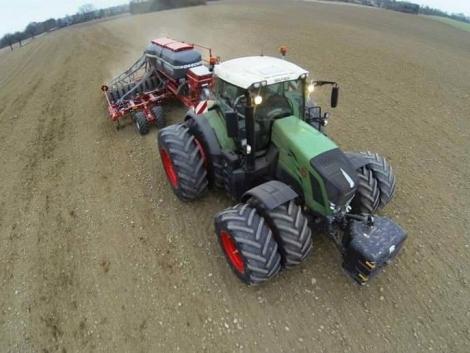 Így csemegéztek a gazdák a traktorok és munkagépek között!
