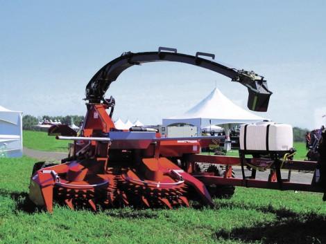 A kanadai gazdák ilyen géppel silóznak