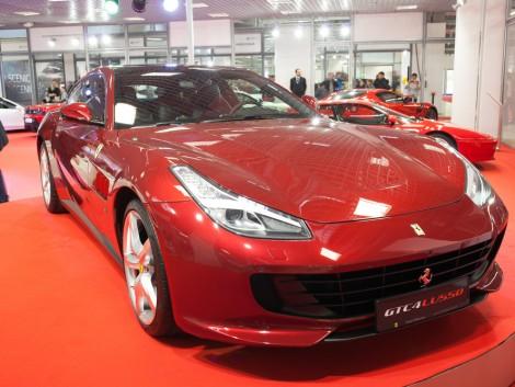 Ferrari terepjáróval a szalmabálák között