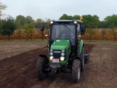 Traktor, amely minden munkát ellát a kisgazdaságban (+Videó!)