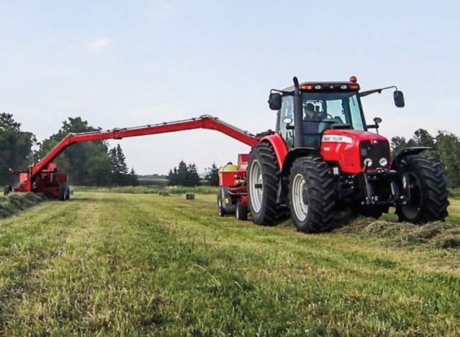 Egy traktorral egyszerre két bálázó is dolgozhat