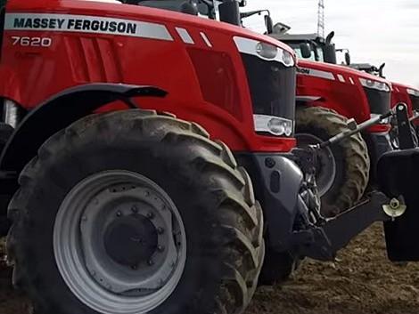 Így dolgozik együtt a piros és a kék! – 5 traktor 1 táblában (+Videó!)