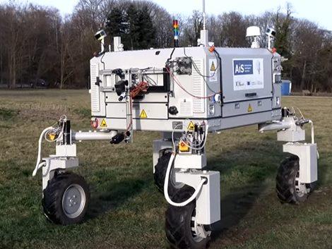 Serényen dolgozik a szántóföldi robot (+Videó)