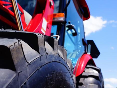Traktorokkal csaltak el 100 millió forintnyi áfát