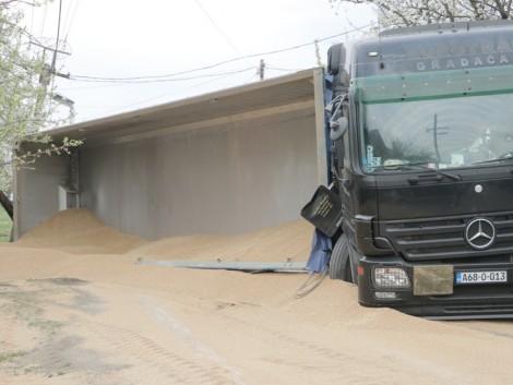 Búzát szállító kamion borult fel Bács-Kiskun megyében