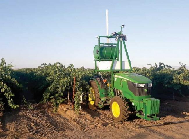 Új, vezető nélküli traktor a gyümölcs- és szőlőültetvények permetezésére