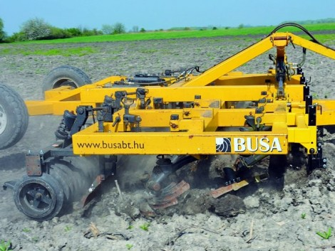 Magágykészítés extrém talajon? Egyértelmű, milyen géphez kell fordulnunk!