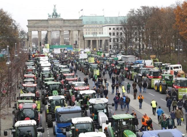 Hatalmas gazdatüntetés volt Berlinben, ötezer traktor hajtott a fővárosba – VIDEÓ