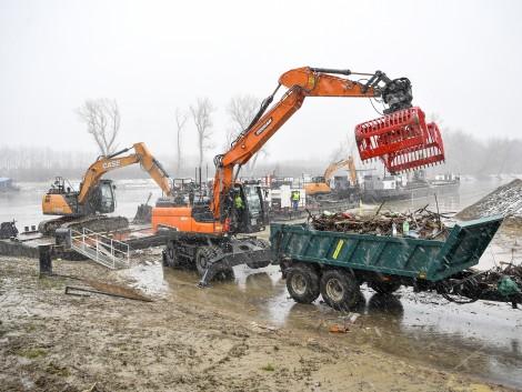 Szemét-árhullám a Tiszán, bevetik a magyar fejlesztésű uszadéktisztító láncot! – KÉPEK!