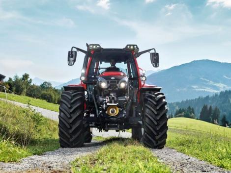 Új, intelligens, hidro-pneumatikus lengéscsillapítású traktor mellsőtengely