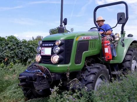Ez a kistraktor viszi a talajmarót, mint pudli a lábtörlőt! – VIDEÓ!