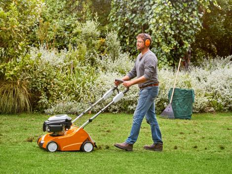 Gyepszellőztetés és gyeplazítás – mi a különbség? A kertápolási szakértő válaszol!