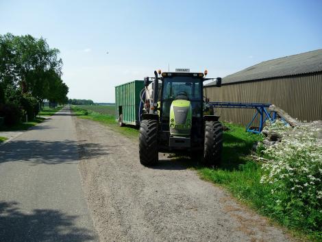 Traktor ütközött kisteherautóval