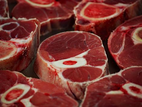 Állami támogatást kér a húsüzem, ami miatt emberek százezrei kerültek karanténba
