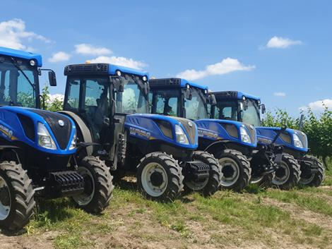 Négy New Holland T4.100F ültetvényes traktor került Neszmélybe