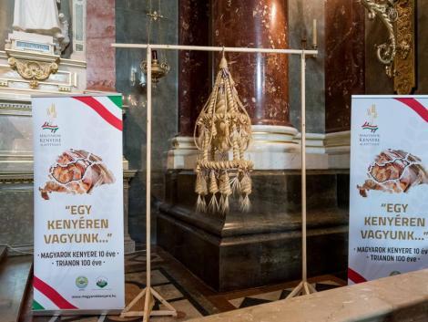 Bemutatták a Kárpát-medence Aratókoszorúját a Szent István Bazilikában