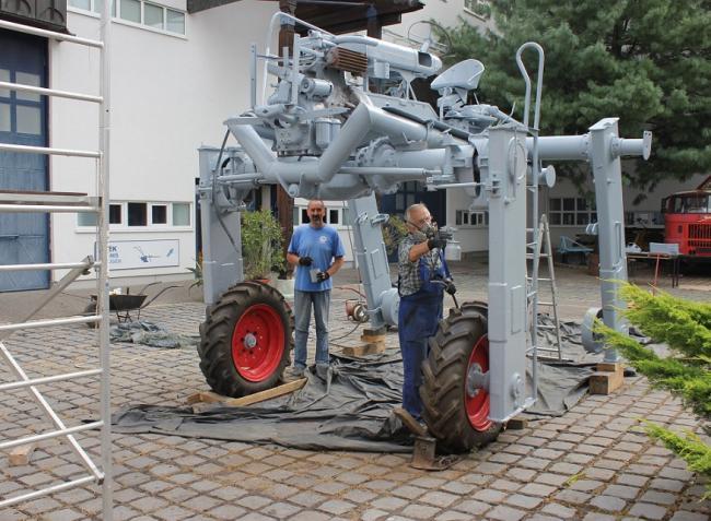 Jó hír a veterán traktorok szerelmeseinek! Megújult egy UH-40 hidastraktor Gödöllőn