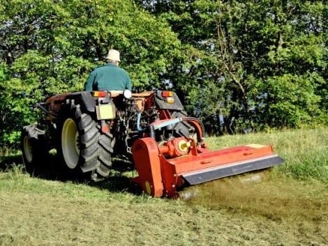 Halálos baleset: fűnyíró traktorral ütközött egy személyautó
