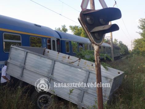Traktor pótkocsijának csapódott a vonat – KÉPEK