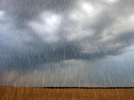 Jégesővel és felhőszakadással érkezik a vihar