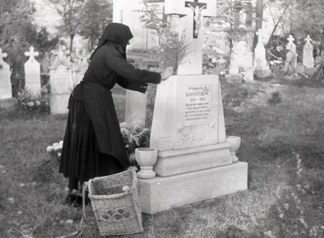 A temetőkertek virágba, fénybe öltöztek ma – Mindenszentek napjának eredete