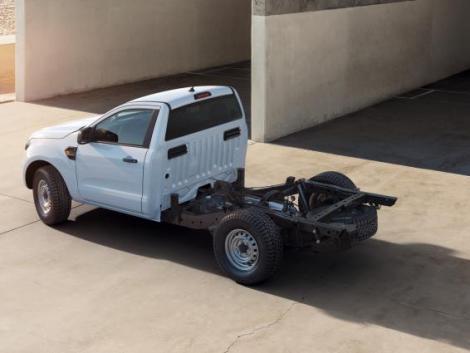 Fülkés alvázként is piacra dobja kompakt platós kisteherautóját a Ford