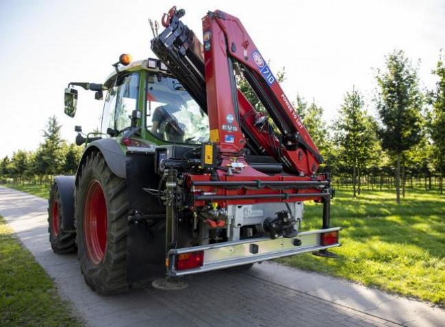 Két gép helyett egy dolgozik: rakodódaruk traktorokra is