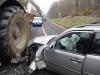 Elvesztette uralmát az autó felett és egy traktornak csapódott