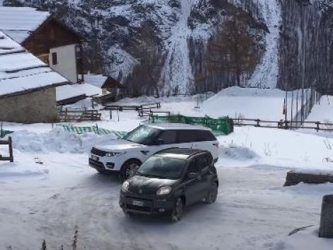 Kínos: elakadt a Range Rover a havas úton, ahol a kis Fiat Panda simán elment – VIDEÓ