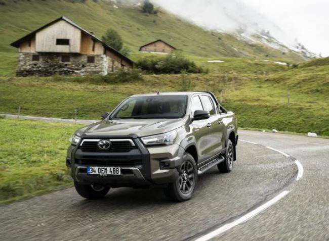 Elpusztíthatatlan terepjáró: itt a megújult Toyota Hilux
