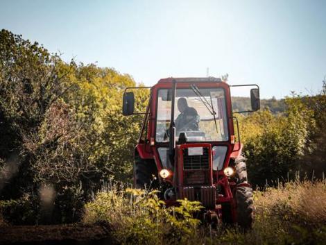 Traktoros bakiparádé, hogy jól induljon a szilveszter és az új év – VIDEÓK