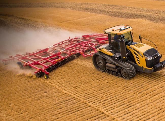 Teljesen megújul a Challenger MT800 gumihevederes traktor
