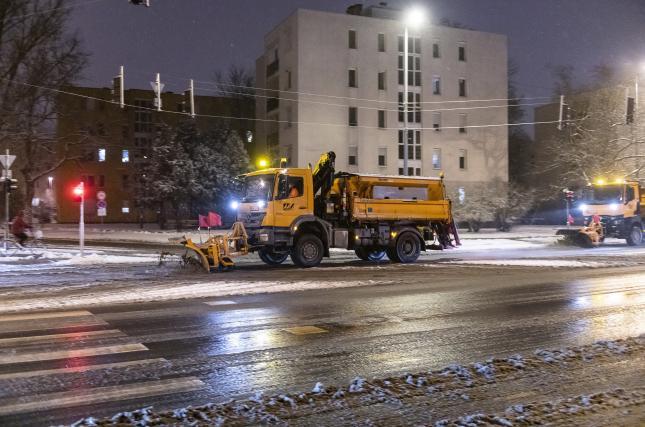 Hóeltakarító munkagépek a nyíregyházi Északi körúton 2021. január 13-án