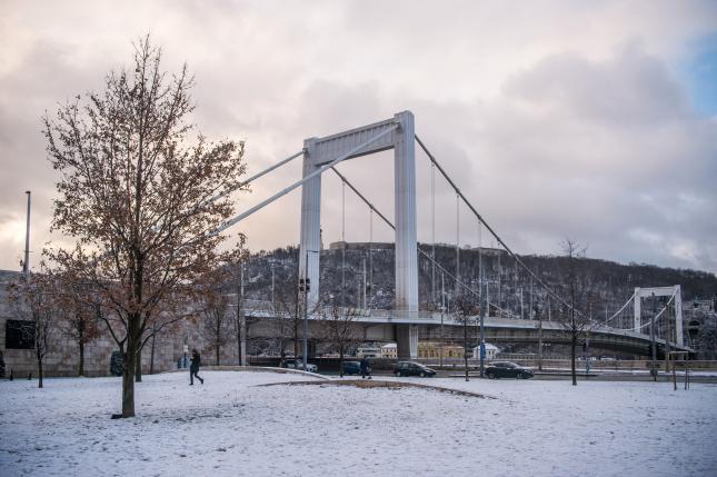 Járókelő a budapesti Március 15. téren a hósesés után
