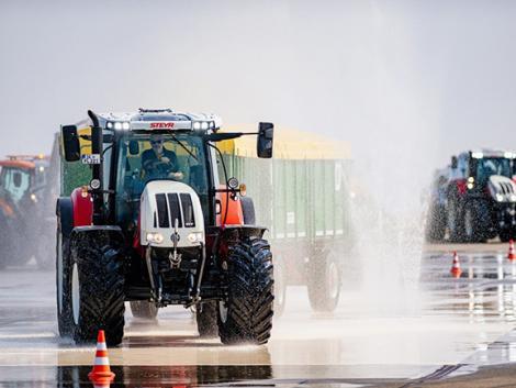 Traktorosokat tanítanak kemény terepen vezetni – neked menne?