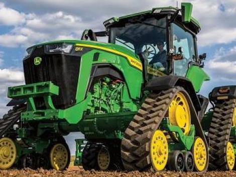 Ez tényleg egy gépszörny! Videón a legújabb John Deere 8RX hevederes traktor!