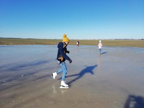 A jeges Balaton és korcsolyázás egy szántóföldön a belvízen – KÉPEK