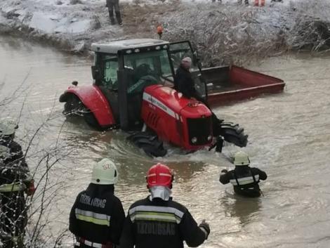 Egy folyóban ragadt traktort kellett kimenteni a borsodi tűzoltóknak