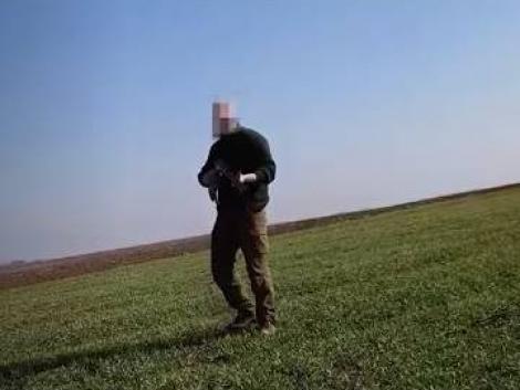 Felkavaró videó: puskát szegezett a kutyáját sétáltató férfira egy vadász