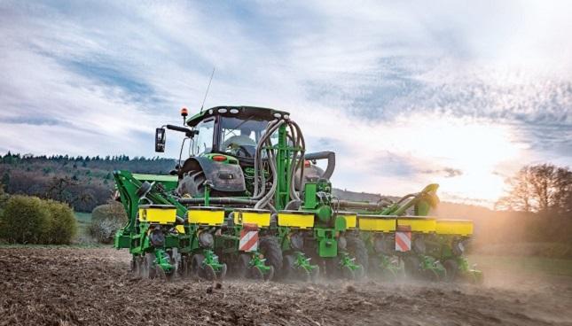 John Deere traktor és vetőgép
