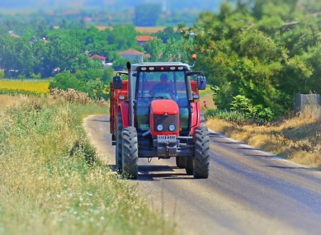 Indul a szezon, újra a közutakon a mezőgazdasági gépek!